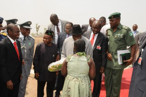 LITTLE-AISHA-MUNDU-PRESENTS-A-BOUQUET-TO-MR-PRESIDENT